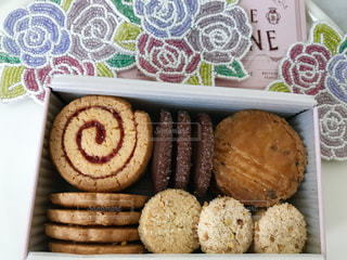 テーブルの上に食べ物のトレイの写真・画像素材[1057143]