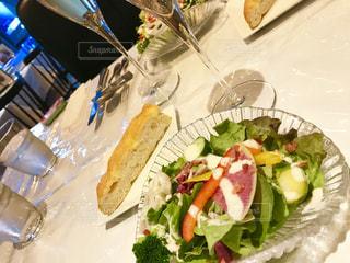 テーブルの上に食べ物のプレートの写真・画像素材[1057166]