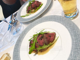 テーブルの上に食べ物のプレートの写真・画像素材[1057168]