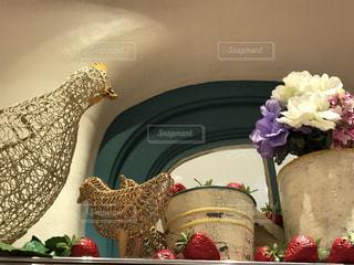 テーブルの上の花の花瓶の写真・画像素材[1065735]