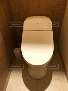 バスルームに座っている白いトイレ - No.1065765