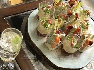 サラダとワインのガラスのボウルの写真・画像素材[1118144]