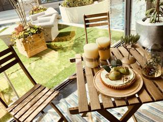 木製ベンチの花の花瓶とテーブルの写真・画像素材[1118150]