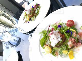 テーブルの上に食べ物のプレートの写真・画像素材[1118153]