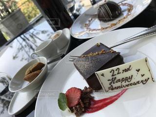 テーブルの上のケーキのスライスを皿の料理の写真・画像素材[1118156]