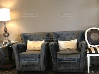 ソファと椅子のあるリビング ルームの写真・画像素材[1118158]
