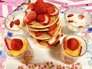 近くのテーブルの上にフルーツとケーキの写真・画像素材[1172032]