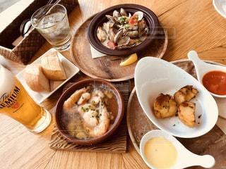 木製テーブルの上に座って食品のプレートの写真・画像素材[1238432]