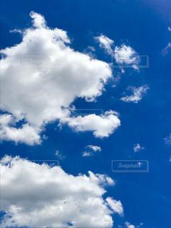 青い空には雲のグループの写真・画像素材[1305837]