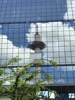 背の高いガラスの建物の写真・画像素材[1356136]