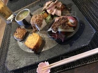料理とテーブル スプーンのプレートの写真・画像素材[1356282]