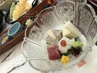 テーブルの上に食べ物のプレートの写真・画像素材[1356300]