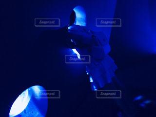 暗い部屋で男の写真・画像素材[1394110]