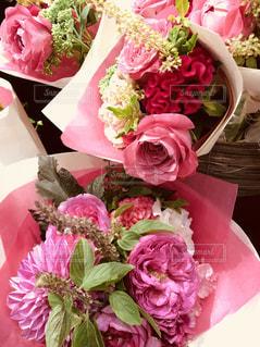 テーブルの上のピンクの花で一杯の花瓶の写真・画像素材[1461242]