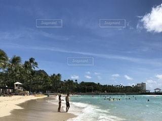 水の体の近くのビーチの人々 のグループの写真・画像素材[1533226]