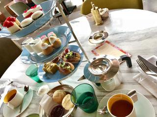 テーブルな皿の上に食べ物のプレートをトッピングの写真・画像素材[1533813]