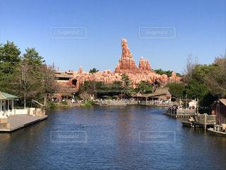 水の体の上の橋の写真・画像素材[1564219]