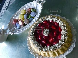テーブルの上にフルーツとケーキの写真・画像素材[1619427]