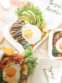 テーブルの上に食べ物のプレートの写真・画像素材[1678581]