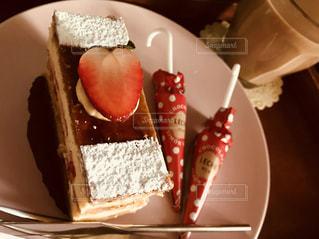 ケーキやアイスクリーム、プレート上のスライスの写真・画像素材[1716843]