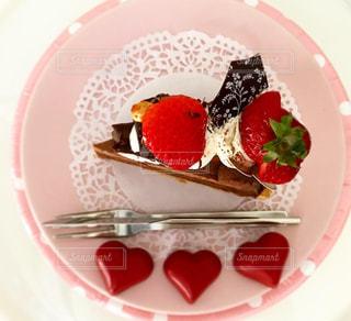 近くに皿の上のケーキのスライスのアップの写真・画像素材[1770247]