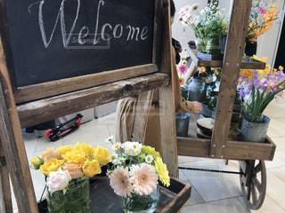 テーブルの上の花の花瓶の写真・画像素材[1770251]