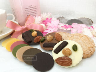 テーブルの上のチョコレート ケーキのプレートの写真・画像素材[1789546]