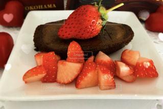 テーブルの上に食べ物のプレートの写真・画像素材[1789551]