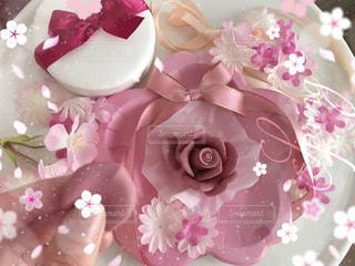 近くにピンクの花のアップの写真・画像素材[1798557]