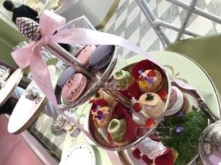 食卓の上の食べ物の皿の写真・画像素材[2181046]