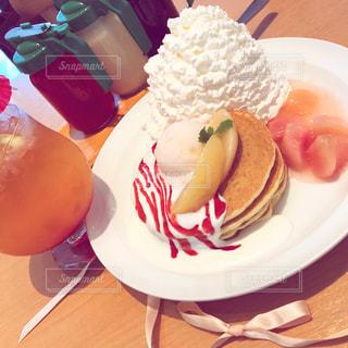 テーブルの上の食べ物の皿の写真・画像素材[2279710]
