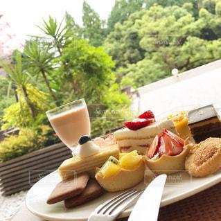 テーブルの上の食べ物の皿の写真・画像素材[2305746]