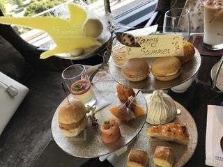 テーブルの上の食べ物の皿の写真・画像素材[2364943]