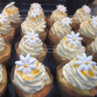 トレイに飾られたケーキのクローズアップの写真・画像素材[2379704]
