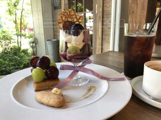 テーブルの上の食べ物の皿の写真・画像素材[2388643]