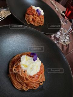 皿の上の食べ物のボウルの写真・画像素材[2429449]