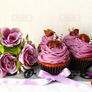 テーブルの上のピンクの花の群しの写真・画像素材[2446752]