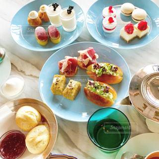 皿の上に食べ物の皿をトッピングしたテーブルの写真・画像素材[2511050]