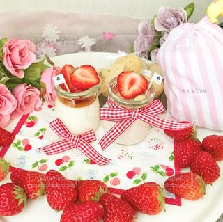 テーブルの上にバースデーケーキの皿の写真・画像素材[2992783]