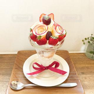 木製のテーブルの上に座っているケーキの写真・画像素材[3004912]