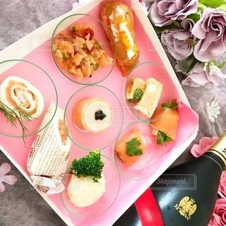 皿の上の様々な種類の食べ物の束の写真・画像素材[3369440]