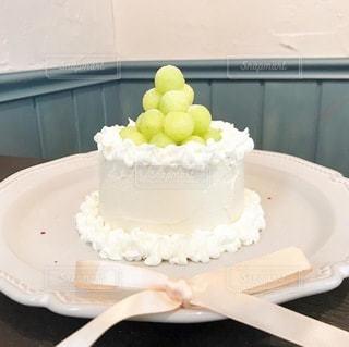 テーブルの上に座っているケーキの写真・画像素材[3442476]