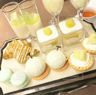 食べ物の皿とワインのグラスをトッピングしたテーブルの写真・画像素材[3446622]