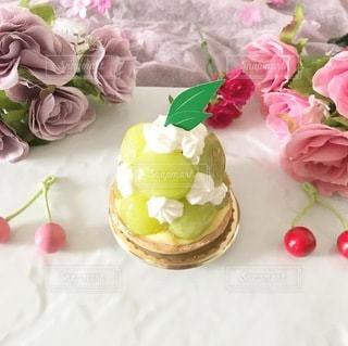 テーブルの上にピンクの花のグループの写真・画像素材[3574869]