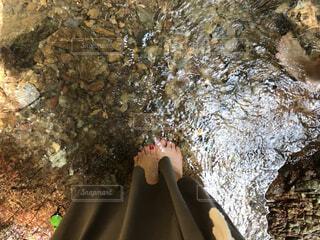 岩の上に座っている人の写真・画像素材[3617846]