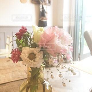 テーブルの上の花瓶に花束の写真・画像素材[3758327]