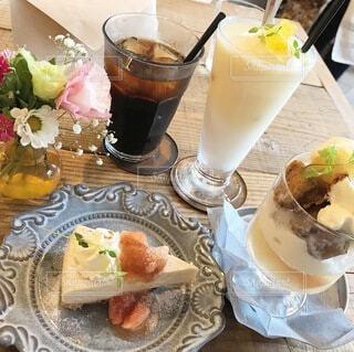 食べ物の皿と一杯のコーヒーをテーブルの上に置いての写真・画像素材[3758335]