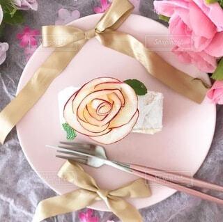 テーブルの上にピンクの花で満たされた花瓶の写真・画像素材[4086835]