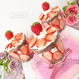 テーブルの上にフルーツを置くケーキの写真・画像素材[4134098]