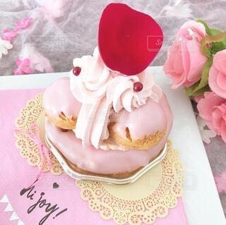 テーブルの上のピンクの花のクローズアップの写真・画像素材[4147722]